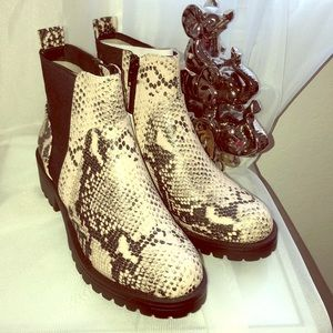 Skin black and white women boots